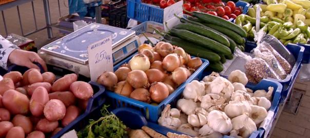 Sok az import, drága a hazai - a fagy odavágott a magyar zöldség-gyümölcsnekNyíregyháza -  Még kevés a hazai zöldség és gyümölcs a nyíregyházi piacon. Ami van, az is drága. Az áprilisi fagy is emelte az árakat. Kis piaci körkép