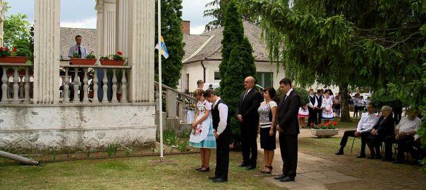 Kommunista terror Pócspetrin - az 1948-as konspirált per áldozataira emlékeztek Pócspetri - 1948-ban ezen a napon egy rendőr halálosan megsebesítette magát, amikor a helyeik az iskola államosítása ellen tiltakoztak. Az esetet a kommunista rezsim gyilkosságnak állította be. A helyi jegyzőt kivégezték, sokakat pedig súlyos börtönbüntetésre ítéltek.