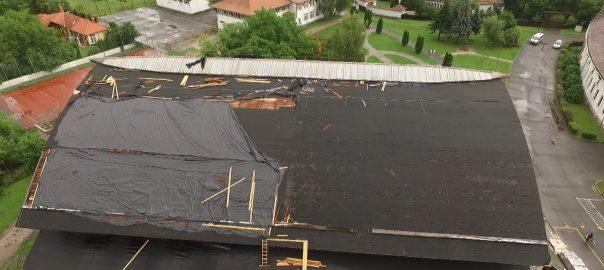 Szörnyű pusztítást végzett a jégeső Szatmárban - szétrombolta a csengeri sportcsarnok tetejét isRozsály, Csenger - 180 ház ment tönkre Rozsályon a keddi viharban, az emberek nagyon elkeseredtek. Csengerben a termést verte szét a jégeső.