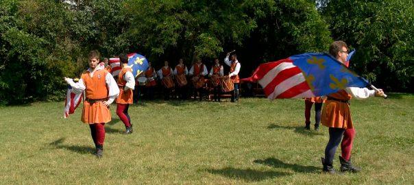 Zászlóforgatók és dobosok - Szent Lászlóra emlékeztek SzabolcsbanSzabolcs - A lovagkirály 1092-ben itt tartott zsinatot, innen ered törvénykönyve is.