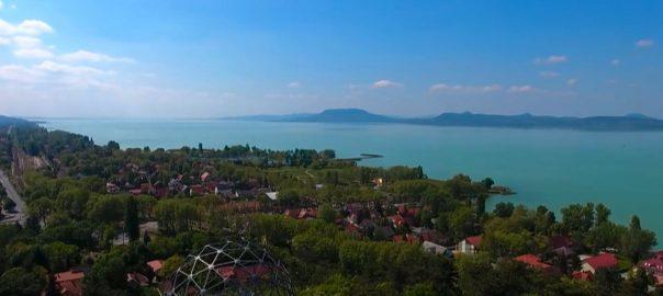 A magyarok nagy része az iskola befejezése után szinte azonnal elindul nyaralni, az augusztus 20-i ünnepre pedig már majdnem mindenki haza is érkezik.