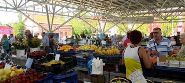 A márciusi fagyos időjárás és az áprilisi hőség nem kedvezett a mezőgazdaságnak, ezért a piacon is sok gyümölcsöt-zöldséget a megszokottnál drágábban vehetnek meg a vásárlók.