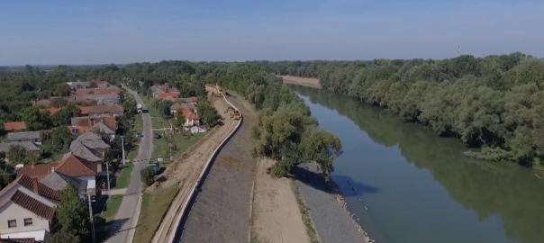 Közel 9 kilométer hosszan újítják fel az árvízvédelmi rendszereket Kisar, Nagyar és Tivadar környékén.