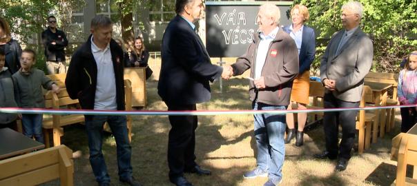 Open-Air, vagyis szabadtéri tantermet adtak át a Nyíregyházi Móricz Zsigmond Általános Iskola Vécsey Károly Tagintézményében.