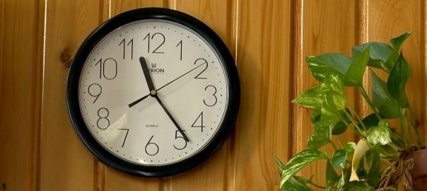 Vasárnap hajnali 3 órakor indul a téli időszámítás, az órákat hajnali 2 órára kell visszaállítani.