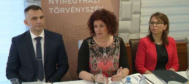 A közigazgatási bíróságok felállításával az eddig Nyíregyházán és a megyében folytatott eljárások Debrecenbe kerülnek, de helyi szinten továbbra is segítik a lakosságot a különböző ügyekben – hangzott el a Nyíregyházi Törvényszék sajtótájékoztatóján.