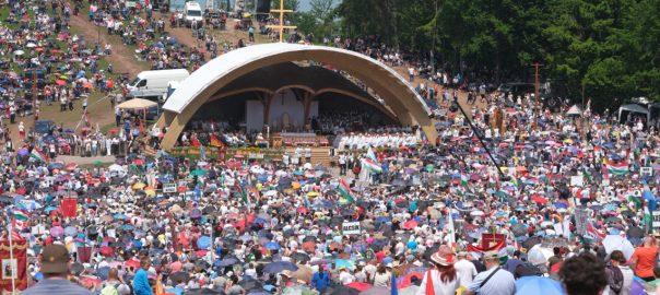 Csíksomlyó, 2019. június 8. A csíksomlyói búcsú miséjének résztvevõi a Kis- és Nagysomlyó közti nyeregben 2019. június 8-án. MTI/Veres Nándor