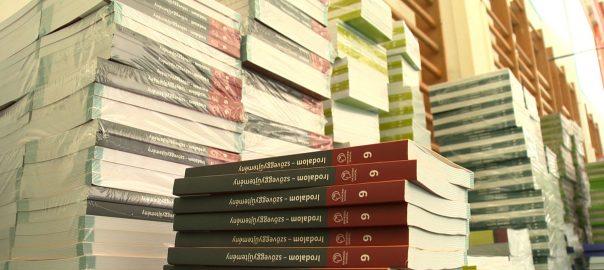 Már az iskolákban a tankönyvek