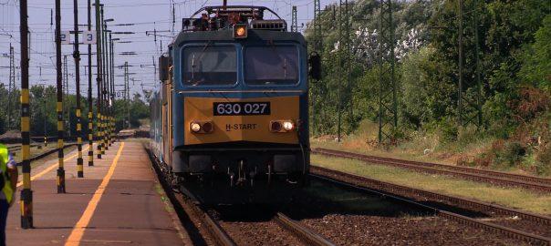 Többen ülnek vonatra